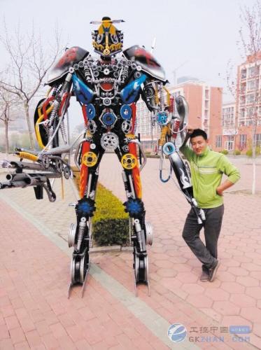 """近日,在大连科技学院的食堂广场前,一个近3米高的""""机器人&rdquo"""