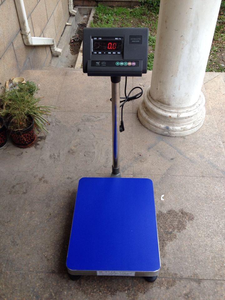 名称:无线蓝牙电子秤 产地:上海 量程:100kg/10g (30*40厘米) 150kg/20g (40*50厘米) 屏幕显示:LED红字 数据输出:无线蓝牙输出 使用电源:AC:220V DC:6V (内置可充电蓄电池) 产品特性: 度A/D转换,可读性达1/30000; 调用内码显示方便,替代感量砝码观察及分析允差; 特殊的软件技术,增强系统的抗振动能力; 零位跟踪范围、置零(开机/手动)范围、可分别设置; 数字滤波的速度、幅度以及稳定的时间可设置; 附带称重计数功能;(单件重量有断电保护) 多种背